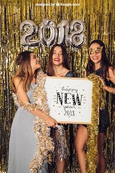 Modell des neuen Jahres mit drei Mädchen und whiteboard