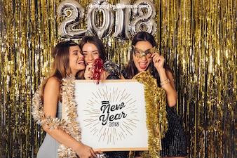 Modell des neuen Jahres mit drei Mädchen