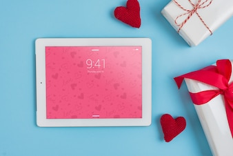 Tablet-Modell mit Valentinsgrußtageselementen