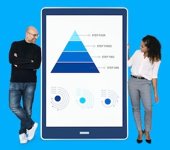 Wirtschaftler, die Arbeitsschritte durch ein Pyramidendiagramm darstellen