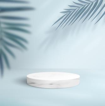 Abstrait bleu avec socle en marbre vide et palmiers décoratifs.