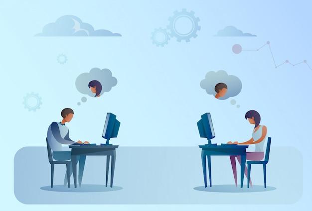Abstrait homme d'affaires et une femme assise au bureau travaillant sur un ordinateur portable discutant sur les réseaux sociaux