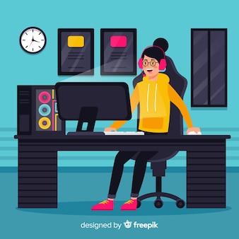 Adolescent jouant avec l'ordinateur