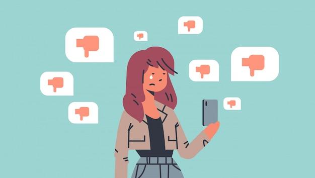 Adolescent victime d'intimidation fille utilisant une application mobile en ligne