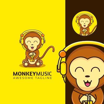 Adorable mascotte dessin animé bébé singe portant la musique de casque