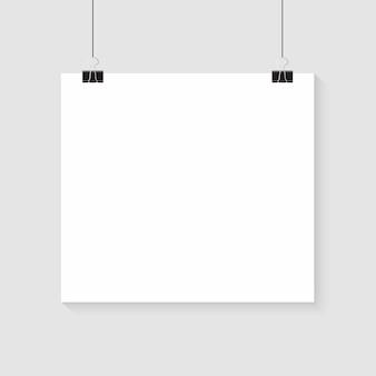 Affiche blanche suspendue. papier vide blanc