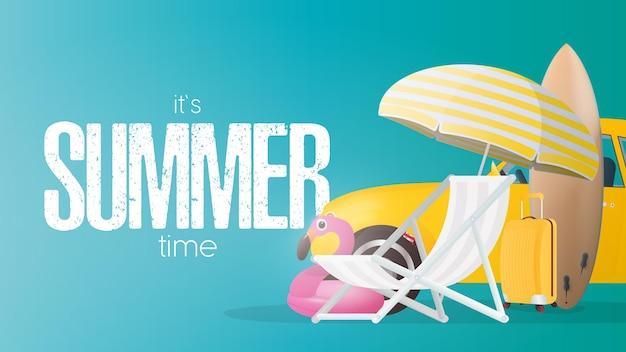 Affiche bleue de l'heure d'été. parasol, chaise longue de plage, cercle flamant rose, valise de voyage jaune, planche de surf et voiture jaune.