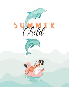 Affiche de l'heure d'été de dessin animé créatif dessiné à la main avec des dauphins sauteurs, fille sur un cercle flottant de flamant rose et citation de typographie moderne summer child sur fond blanc.