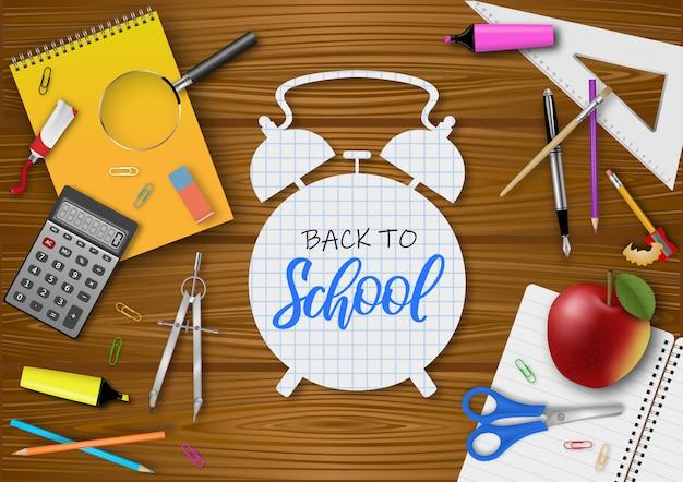 Affiche de retour à l'école avec des accessoires scolaires réalistes sur bois