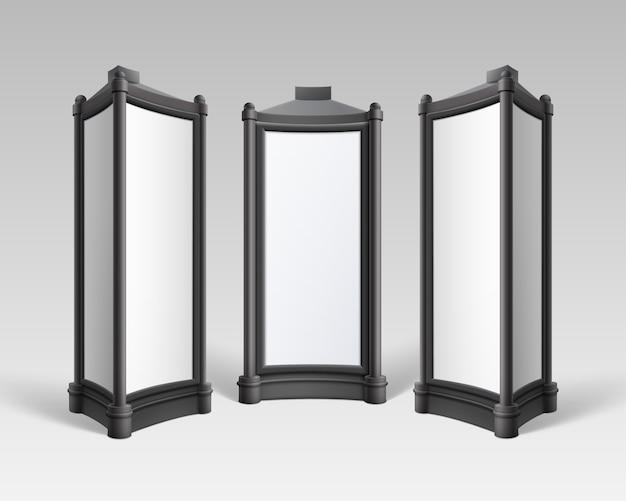 L'affiche rétro rectangulaire blanche noire se dresse sur des piliers pour la publicité extérieure vue latérale avant sur fond