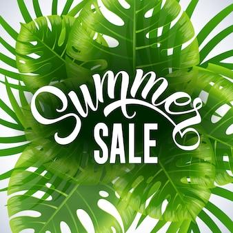 Affiche saisonnière de vente d'été avec des feuilles tropicales et des plantes sur fond blanc.