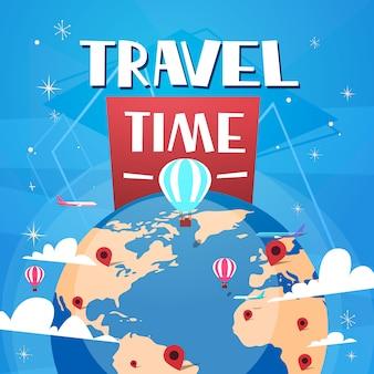 Affiche de temps pour voyager avec des ballons à air au-dessus des mondes globe sur fond bleu