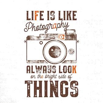 Affiche de typographie avec appareil photo de style ancien et citation