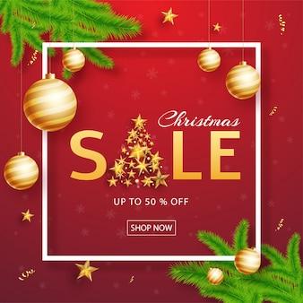 Affiche de vente de noël ou un modèle avec une offre de réduction de 50%, une babiole suspendue, des feuilles de pin et un arbre de noël créatif fait par des étoiles dorées sur du rouge.