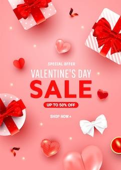 Affiche de voeux de réduction de la saint-valentin avec des boîtes surprise, décor de coeur aérien hélium, bougie sur un rose.