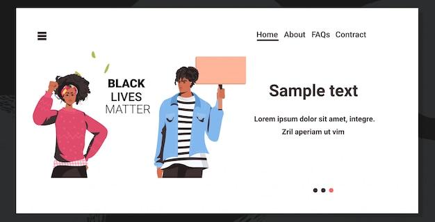 African american couple holding blank banner black lives matière campagne contre la discrimination raciale
