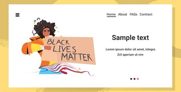 African american woman holding black lives matière campagne de bannière contre la discrimination raciale