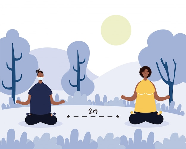 Afro couple pratiquant le yoga et l'éloignement social dans le parc