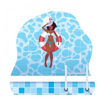 Afro femme avec maillot de bain et sauveteur flotte dans l'eau