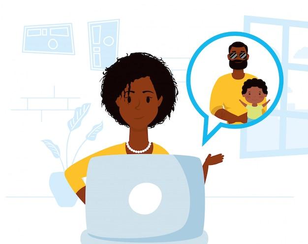 Afro femme utilisant un ordinateur portable pour communiquer et rester à la maison