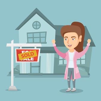 Agent immobilier caucasien avec pancarte vendue.