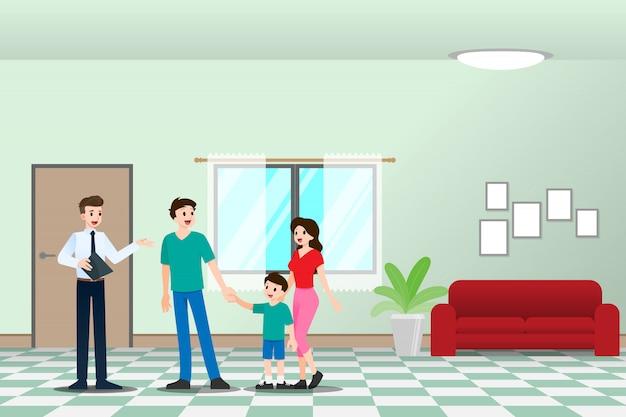 L'agent immobilier montre la résidence au client en famille.