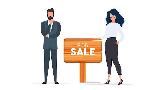 Agents immobiliers avec un signe à vendre. la fille et l'homme sont des agents immobiliers. bon pour la conception sur le thème de la vente de maisons, d'appartements et de biens immobiliers. isolé. vecteur.