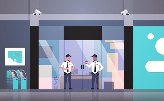 Agents de sécurité hommes buvant du café