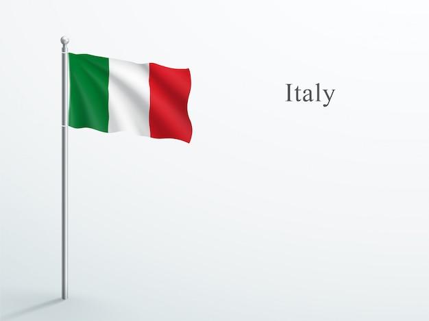 Agitant le drapeau de l'italie sur le mât en acier