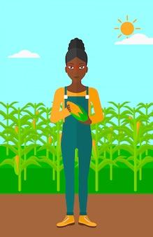 Agriculteur détenant du maïs.
