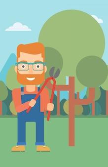Agriculteur avec sécateur dans le jardin