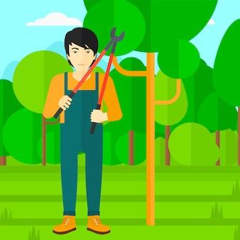 Agriculteur avec sécateur dans le jardin.