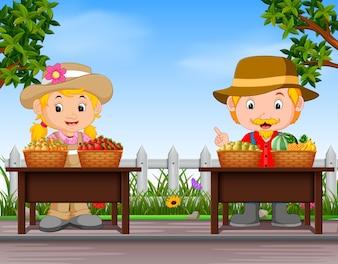 Agriculteurs qui vendent des fruits frais