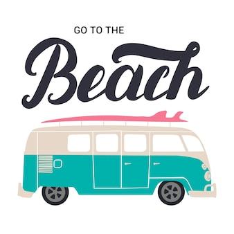 Aller à la plage à la main lettrage avec bus de surf