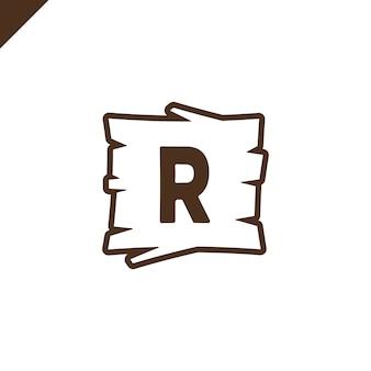Alphabet en bois ou blocs de polices avec la lettre r dans la zone de texture du bois avec contour.