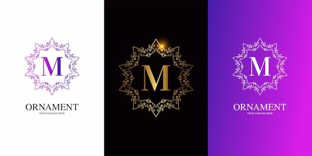 Alphabet initial de lettre m avec modèle de logo de cadre floral d'ornement de luxe.