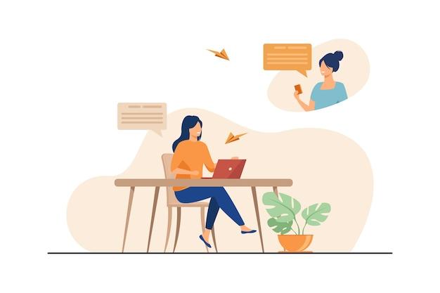 Amies discutant en ligne et souriant. ordinateur portable, ordinateur, illustration vectorielle plane de médias sociaux. communication et réseau