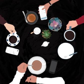 Amis ayant des boissons dans un café