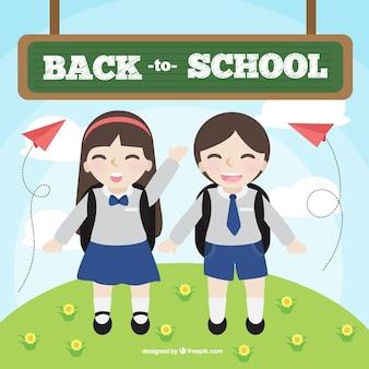 Les amis de l'école heureux portant des uniformes