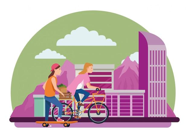 Amis à faire de la planche à roulettes et des vélos