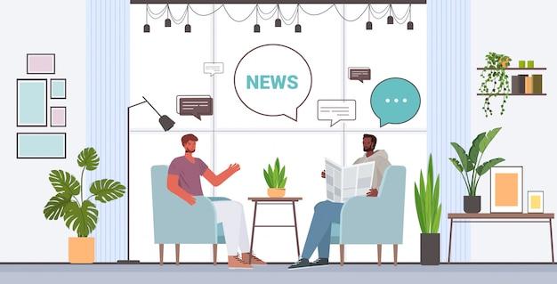 Amis lisant le journal discuter des nouvelles quotidiennes au cours de la réunion de conversation bulle communication concept mix race hommes passer du temps ensemble salon intérieur illustration horizontale pleine longueur