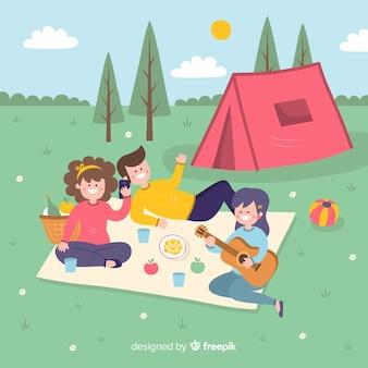 Amis plats profitant des vacances d'été