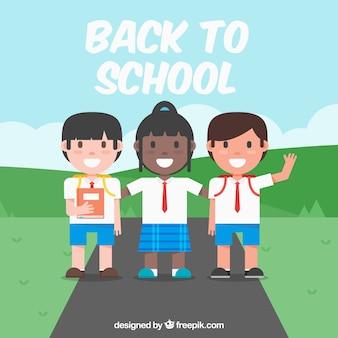 Amis avec des uniformes dans l'école