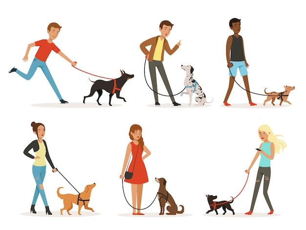 Amitié animale. des gens heureux marchant avec des chiens drôles
