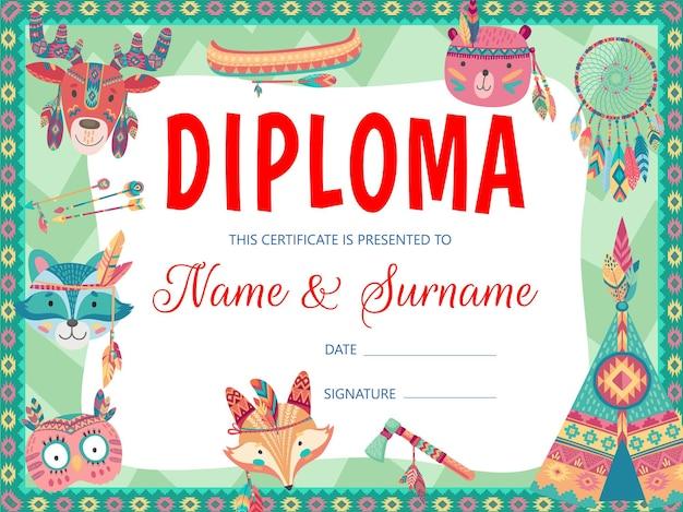 Animaux indiens de dessin animé, diplôme et certificat d'éducation des enfants. diplôme, certificat ou récompense d'obtention du diplôme d'école ou de maternelle avec des flèches, des plumes, des tomahawks amérindiens