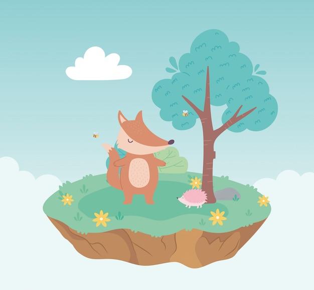Animaux mignons renard et hérisson dessin animé permanent pré arbre et fleurs nature