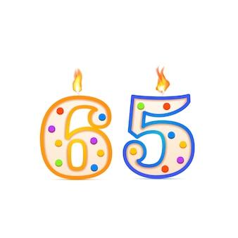 Anniversaire de soixante-cinq ans, bougie d'anniversaire en forme de numéro 65 avec feu sur blanc