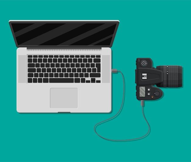 Appareil photo connecté au port usb d'un ordinateur portable.