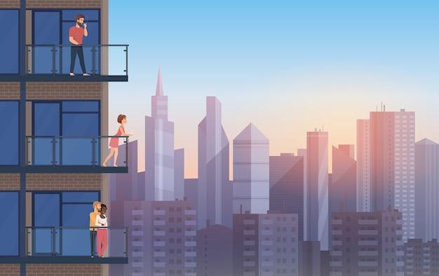 Appartement balcon dans une maison moderne avec des gens au repos au coucher du soleil