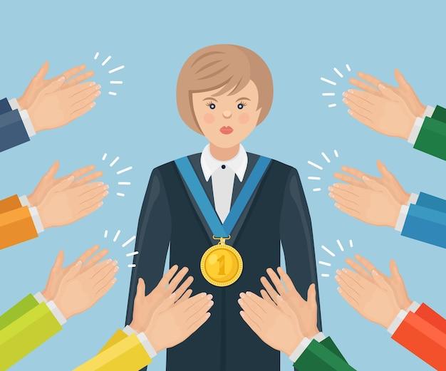 Applaudissements, ovation, applaudissements au gagnant. femme avec une médaille d'or agitant ses mains au public